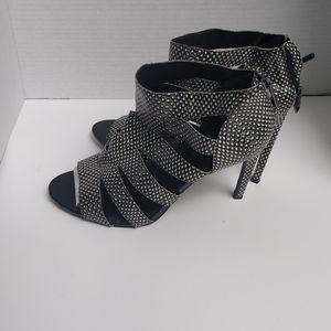 👠👠 Blsck /white heels sandals by BCBG 👠👠🍀🍀🍀